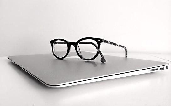 dator och glasögon